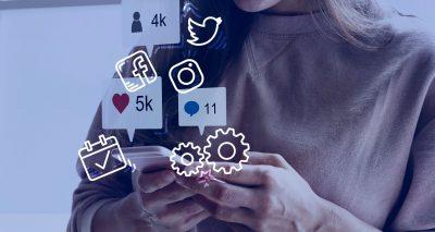 Pessoa fazendo gerenciamento de redes sociais